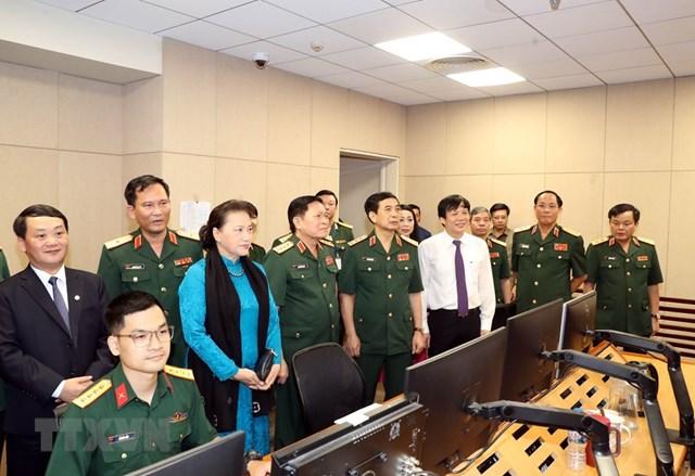 Chủ tịch Quốc hội Nguyễn Thị Kim Ngân và các đại biểu tham quan Trung tâm Phát thanh-Truyền hình Quân đội. Ảnh: TTXVN.