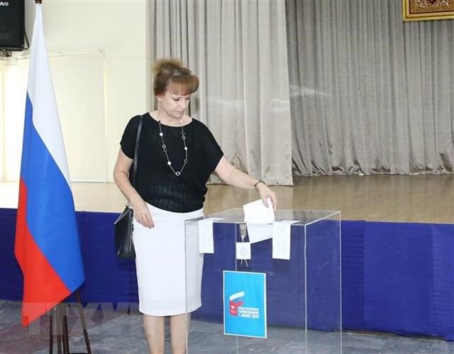 Công dân Nga tại Việt Nam bỏ phiếu về việc tán thành các sửa đổi Hiếp pháp Liên bang Nga. (Ảnh: Phương Hoa/TTXVN).
