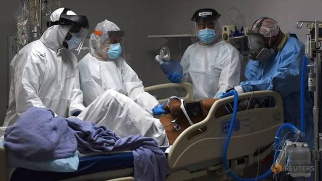 Các nhân viên y tế điều trị cho bệnh nhân Covid-19 tại trung tâm y tế ở Texas, Mỹ. (Ảnh: Reuters).
