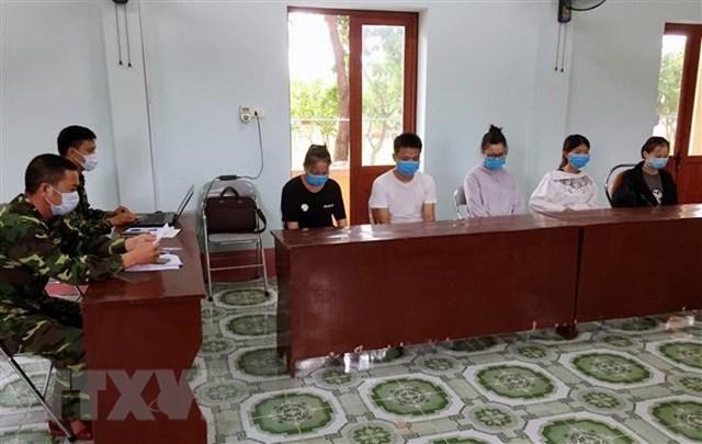 Nămngười Trung Quốc bị tạm giữ tại Đồn Biên phòng Trà Cổ. (Ảnh: TTXVN phát).