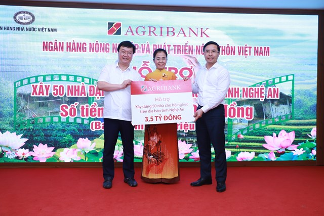 Ông Nguyễn Đức Trung, Chủ tịch UBND tỉnh và bà Võ Thị Minh Sinh, Chủ tịch Ủy ban MTTQ tỉnh Nghệ An tiếp nhận sự hỗ trợ từ Agribank.