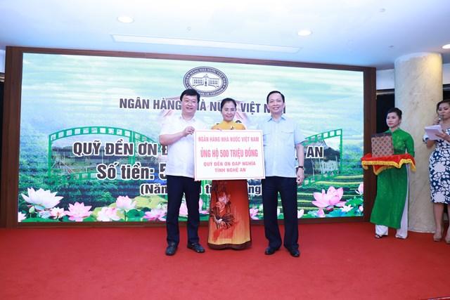 Ông Nguyễn Đức Trung, Chủ tịch UBND tỉnh và bà Võ Thị Minh Sinh, Chủ tịch Ủy ban MTTQ tỉnh Nghệ An tiếp nhận sự hỗ trợ từ Ngân hàng Nhà nước Việt Nam.