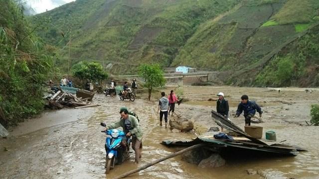 Hỗ trợ người dân Lai Châu khắc phục hậu quả trận mưa đá kèm theo gió lốc. Ảnh: TTXVN.