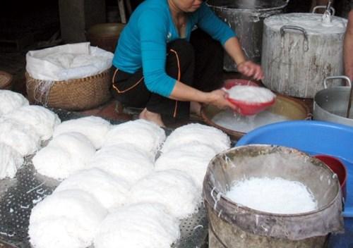 Sản xuất bún tại làng nghề bún Phú Đô.