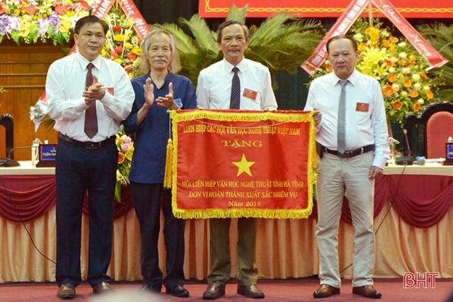 Họa sỹ Lương Xuân Đoàn, Chủ tịch Hội Mỹ thuật Việt Namtrao Cờ thi đua năm 2019 cho Hội Liên hiệp VHNT Hà Tĩnh.Ảnh: Báo Hà Tĩnh.