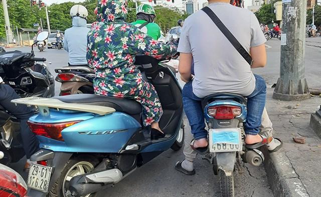 [ẢNH] Nhiều taxi, xe máy dùng chiêu trò che biển số tránh 'phạt nguội' - Ảnh 6