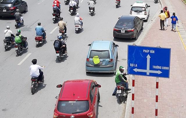 [ẢNH] Nhiều taxi, xe máy dùng chiêu trò che biển số tránh 'phạt nguội' - Ảnh 2