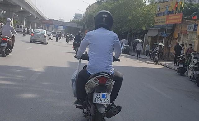[ẢNH] Nhiều taxi, xe máy dùng chiêu trò che biển số tránh 'phạt nguội' - Ảnh 7