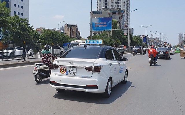 [ẢNH] Nhiều taxi, xe máy dùng chiêu trò che biển số tránh 'phạt nguội' - Ảnh 4