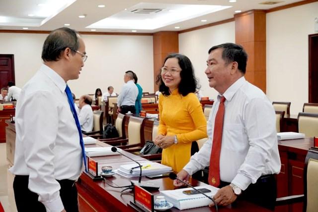 Bí thư Thành ủy TP Nguyễn Thiện Nhân trao đổi bên lề với các đại biểu dự Hội nghị. (Ảnh: Hồng Phúc).