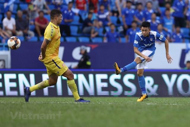 Hai Long dứt điểm ghi bàn thắng đẹp mắt trước Nam Định ở vòng 8 V-League 2020. Ảnh: Vietnam+.