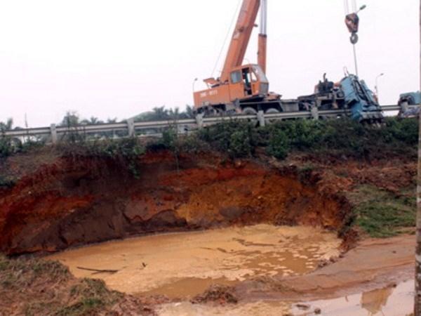 Đường ống nước dẫn nước sông Đà bị vỡ nhiều lần (Ảnh: CTV).