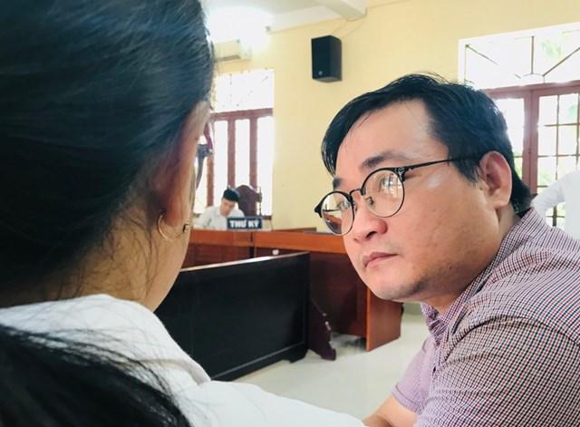 Ông Phạm Quốc Đạt trao đổi với người đại diện tại phiên tòa sáng 10/7.