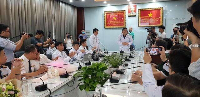 Lãnh đạo Bộ Y tế và Ban Giám đốc Bệnh viện tại buổi tiễn bệnh nhân xuất viện.