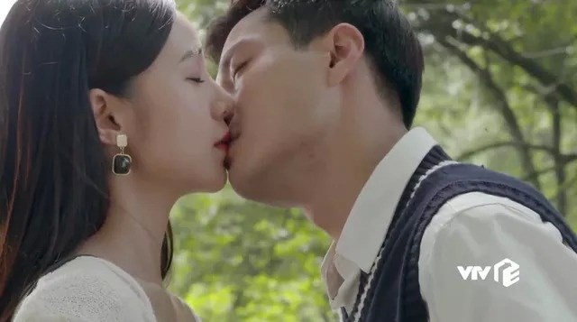 Những nụ hôn của Duy và Ngọc trên phim khiến nhiều người xem thích thú.