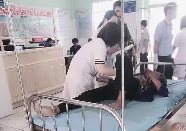 Các nạn nhân đang được cấp cứu tại Bệnh viên Đa khoa huyện Ngọc Hồi.