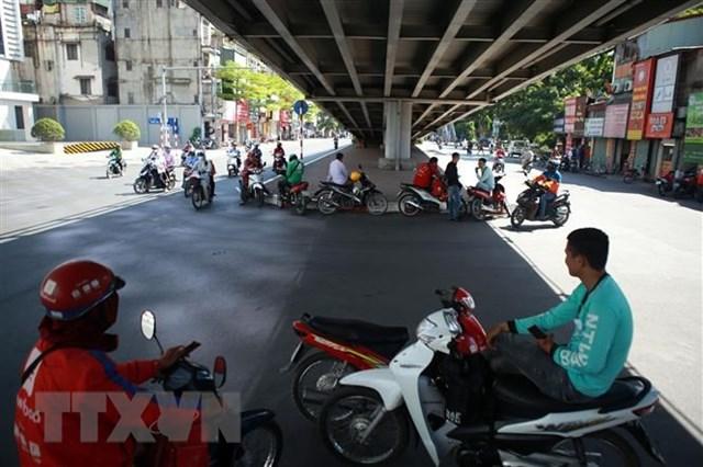 Người dân tránh nắng dưới các gầm cầu vượt tại Hà Nội. Ảnh: TTXVN.