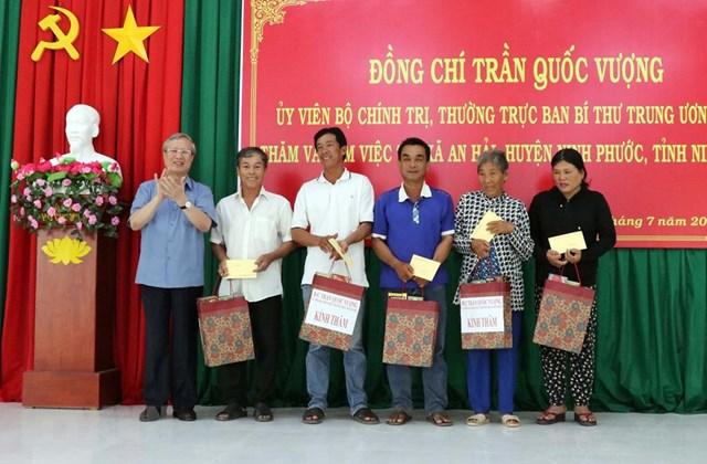 Thường trực Ban Bí thư Trần Quốc Vượng tặng quà cho hộ dân nghèo, có hoàn cảnh khó khăn tại xã An Hải, huyện Ninh Phước. Ảnh: TTXVN.