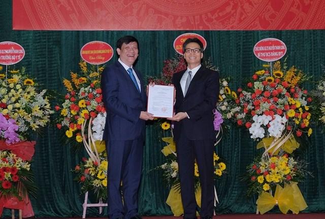 Phó Thủ tướng Chính phủ Vũ Đức Đam đã trao quyết định bổ nhiệm chưc vụ Bí thư Ban cán sự Đảng và Quyền Bộ trưởng Bộ Y tế cho GS.TS. Nguyễn Thanh Long.