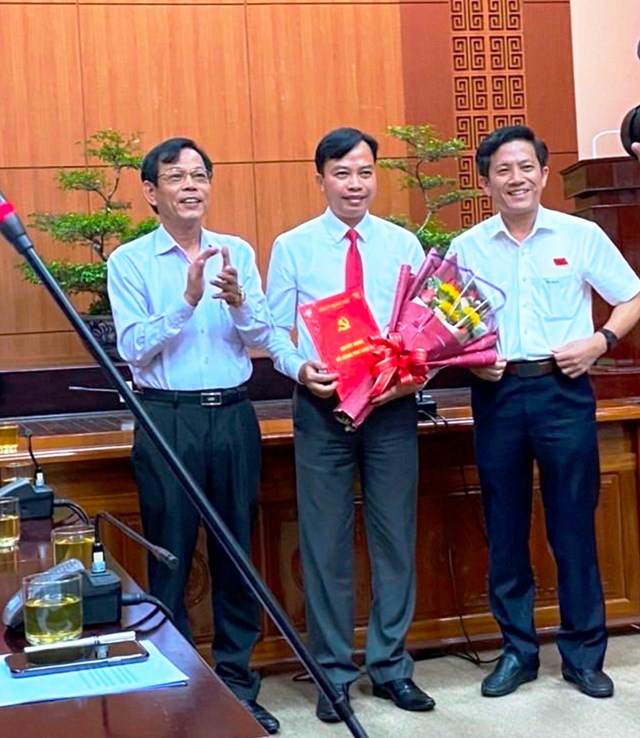 Ông Quảng Văn Ngọc (ở giữa) tại buổi nhận quyết định bổ nhiệm Phó Chánh Văn phòng Tỉnh ủy Quảng Nam.