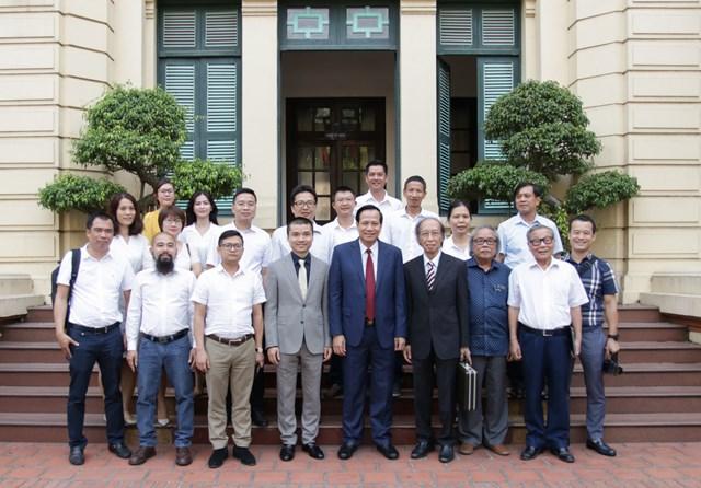 Lãnh đạo Bộ Lao động cùng tập thể cán bộ chủ chốt báo điện tử Dân trí chụp ảnh lưu niệm tại trụ sở Bộ. Ảnh: Dantri.
