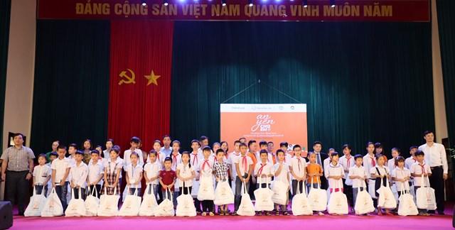 250 phần quà với tổng trị giá 300 triệu đồng được tặng cho trẻ em có hoàn cảnh đặc biệt huyện Ba Vì, Hà Nội