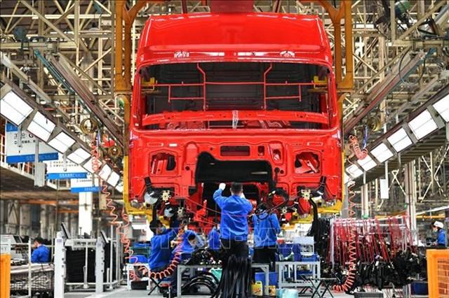 Công nhân làm việc tại dây chuyền sản xuất xe tải hạng nặng của Tập đoàn sản xuất ô tô Thiểm Tây, Trung Quốc ngày 23/4/2020. Ảnh: THX/TTXVN.