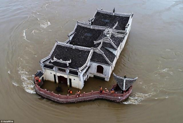 Bất chấp dòng nước cuồn cuộn chảy xiết trên sông Trường Giang, ngôi đền vẫn đứng vững cùng năm tháng suốt hơn 700 năm qua.
