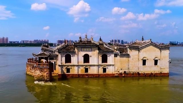 Ngôi đền 700 năm tuổi vẫn hiên ngang đứng vững bất chấp lũ lớn.