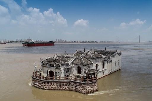 Nhìn từ xa, ngôi đền như trôi nổi trên dòng nước.