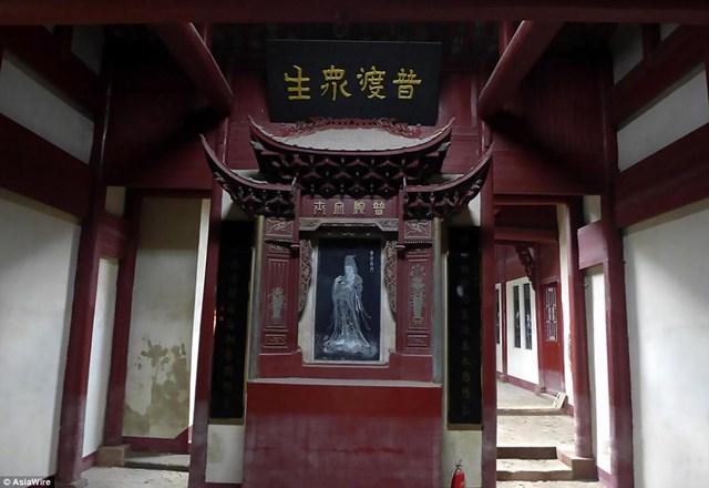Bên trong ngôi đền được bài trí khá đơn giản.
