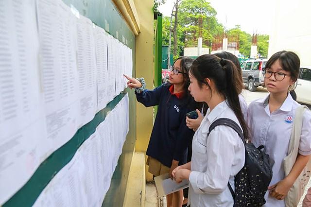 HS làm thủ tục dự thi vào lớp 10 Hà Nội. Ảnh: Phạm Quang Vinh.