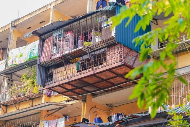 Các khu tập thể ở Hà Nội được xây dựng từ những năm 60-70 của thế kỷ trước hiện đã xuống cấp, gây mất an toàn, làm nhếch nhác bộ mặt Thủ đô. Ảnh: Vũ Đức Anh.