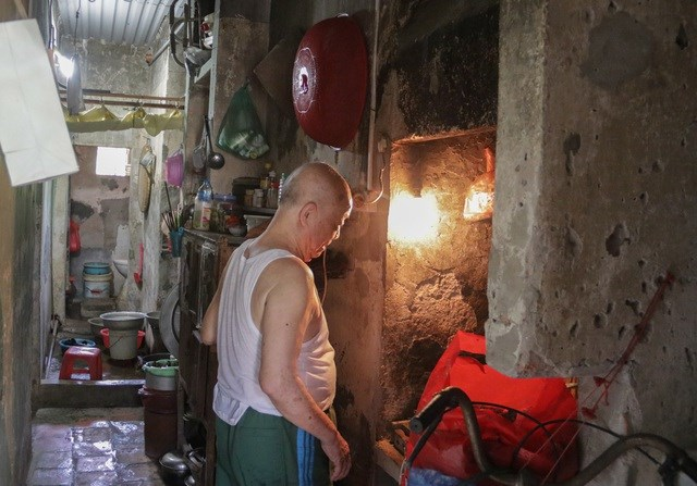 Gia đình nhà ông Hòa có 3 thế hệ cùng sinh sống trong căn nhà rộng khoảng hơn 40m2 trong nhà tập thể đã xuống cấp trầm trọng. Ảnh: Trọng Trinh.
