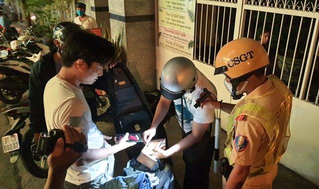 Tổ công tác Công an quận Bình Thạnh tuần tra phòng chống tội phạm vào khuya 16/7.