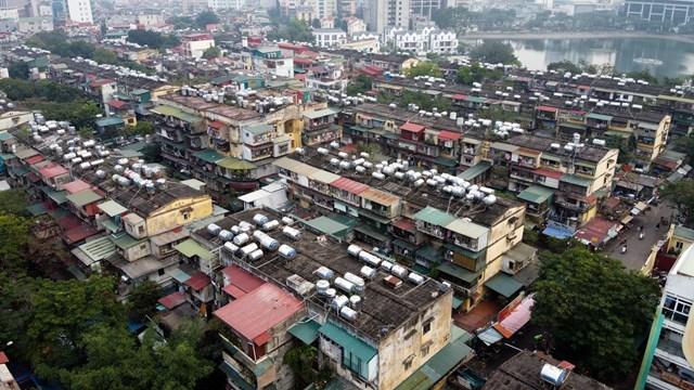 Hà Nội hiện có đến gần 1.600 khối nhà chung cư cũ nhưng đến nay chỉ 1% trong số này được cải tạo xây dựng lại. Trong ảnh là hình ảnh tại khu tập thể Thành Công Hà Nội. Ảnh: Toàn Vũ.