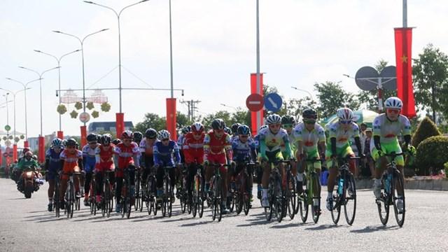 Các vận động viên thi đấu chặng đầu tiên quanh đường Tân lộ Kiều Lương (thành phố Châu Đốc, An Giang), cự ly 45,6km. (Ảnh: Công Mạo/TTXVN).