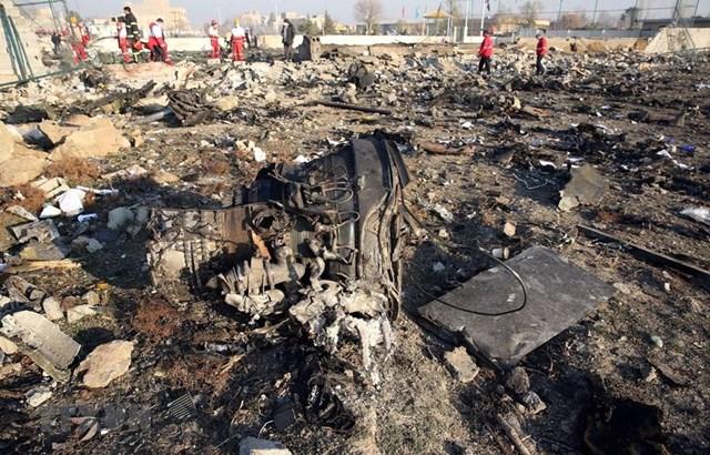 Hiện trường vụ rơi máy bay chở khách của Hãng hàng không quốc tế Ukraine ở gần Tehran, Iran ngày 8/1. (Ảnh: AFP/TTXVN).
