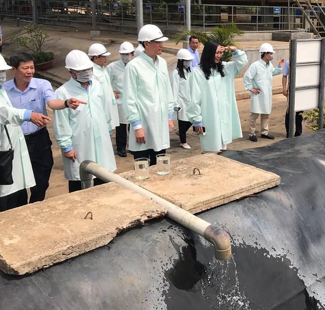 Phó Chủ tịch Phùng Khánh Tài cùng các thành viên đoàn công tác giám sát việc thực hiện BVMT tại Khu xử lý chất thải Quang Trung.
