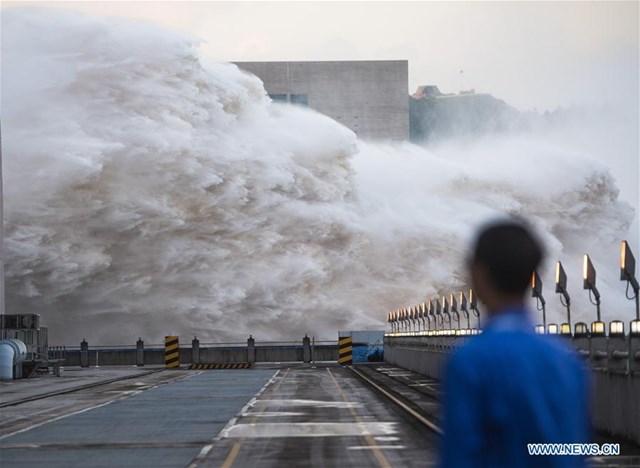 Ảnh chụp ngày 19/7 cho thấy nước lũ được xả ra từ đập Tam Hiệp ở Hồ Bắc (Ảnh: Tân Hoa Xã).