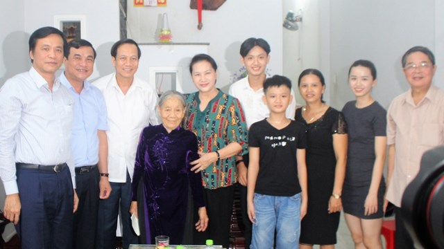 Chủ tịch Quốc hội Nguyễn Thị Kim Ngân thăm hỏi, tặng quàgia đình chính sách ở Quảng Nam.