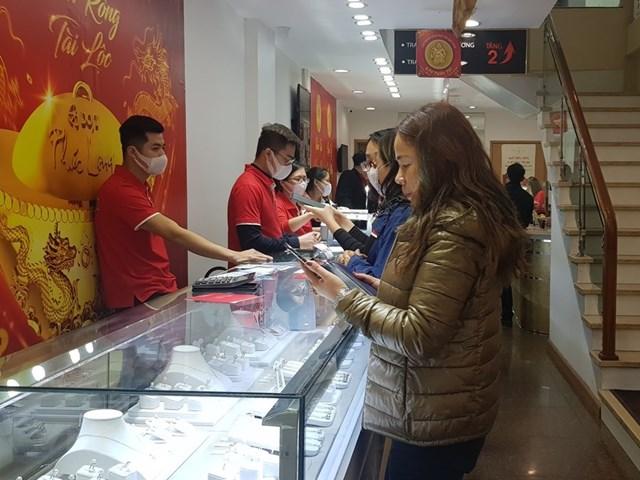 Giao dịch vàng tại Doji. (Ảnh: CTV/Vietnam+).