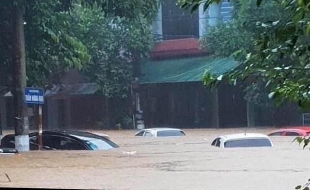 Mưa lũ gây ngập lụt nghiêm trọng tại TP Hà Giang (Ảnh: Mạnh Thắng).