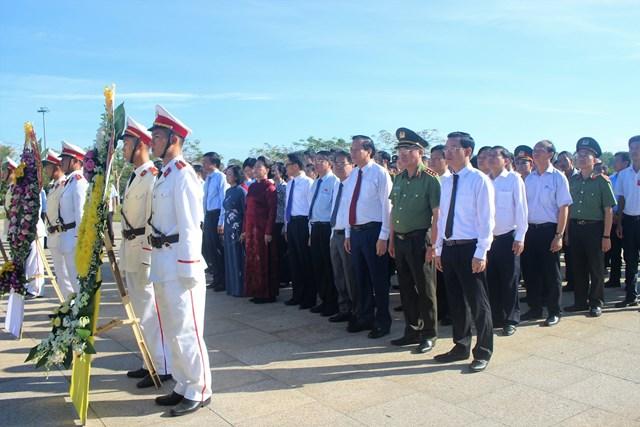 Chủ tịch Quốc hội Nguyễn Thị Kim Ngân cùng đoàn công tác dâng hương tưởng niệm tại Tượng đài Mẹ VNAH.
