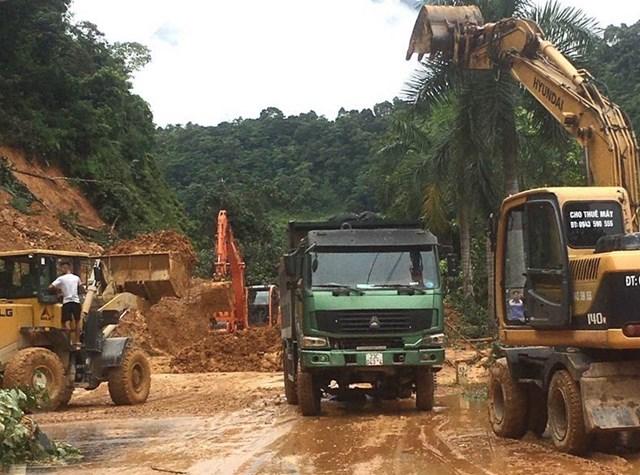 Các đơn vị thi công đưa các phương tiện, máy móc khẩn trương xử lý khu vực sạt lở trên Quốc lộ 2, đoạn từ thành phố Hà Giang đi huyện Vị Xuyên. (Ảnh: Minh Tâm/TTXVN).