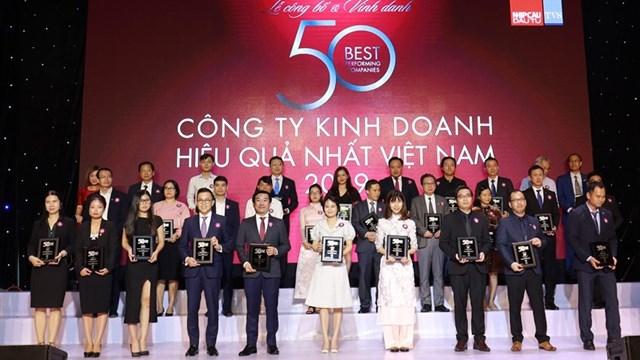 Ông Đỗ Thanh Tuấn, Giám đốc Đối ngoại Công ty Vinamilk (hàng đầu, thứ 5 từ trái sang) tại Lễ vinh danh 'Top 50 công ty kinh doanh hiệu quả nhất Việt Nam'.