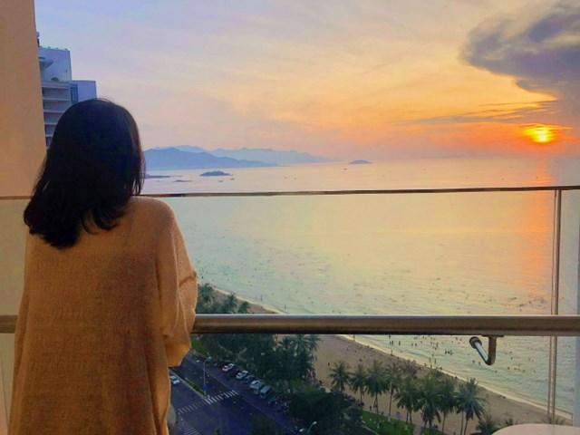 Du lịch Nha Trang với nắng ấm, nước biển trong xanh thấu đáy và sóng lăn tăn xô bờ cát.