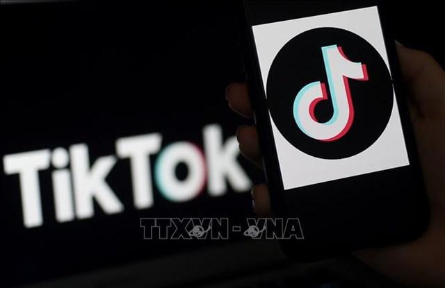 Biểu tượng ứng dụng truyền thông xã hội TikTok trên màn hình điện thoại tại Arlington, Virginia, Mỹ. Ảnh: AFP/TTXVN.