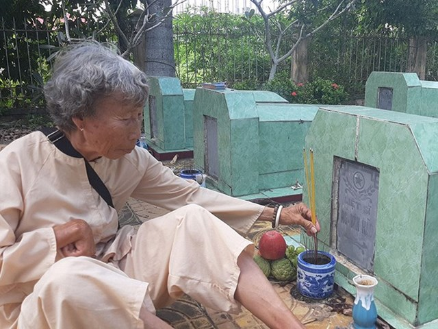 Nữ thương binhĐặng Thị Bảy dọn dẹp, thắp nhang tại Nghĩa trang liệt sĩ Long Hưng A.