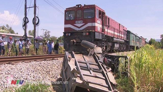 Trước đó, trên tuyến đường sắt đoạn qua huyện Nghi Lộc cũng xảy ra vụ tai nạn giữa tàu hỏa và xe ba gác chở hàng, làm một người bị thương nặng.